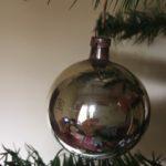 Antieke oude Kerst kraterbal van dun geblazen glas in rood, geel en groen jaren 1900