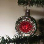 Oude antieke Kerst kraterbal van dun geblazen glas in rood en groen 1e helft 1900