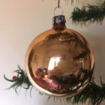 Oude perzik kleurige Kerst krater bal van dun geblazen glas uit de jaren 1950