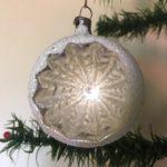 Antieke oude kerstbal van dun geblazen glas in gepatineerd zilver met krater 1e kwart 1900