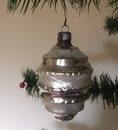 Oude antieke kerstbal een lampion in mat en glanzend zilver van dun geblazen glas 1e helft 1900