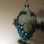Antieke kerstbal een blauwe druif van vliesdun geblazen glas 1e kwart vorige eeuw