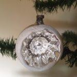 Antieke oude krater of deuk kerstbal van dun geblazen glas in zilver 1e kwart 1900