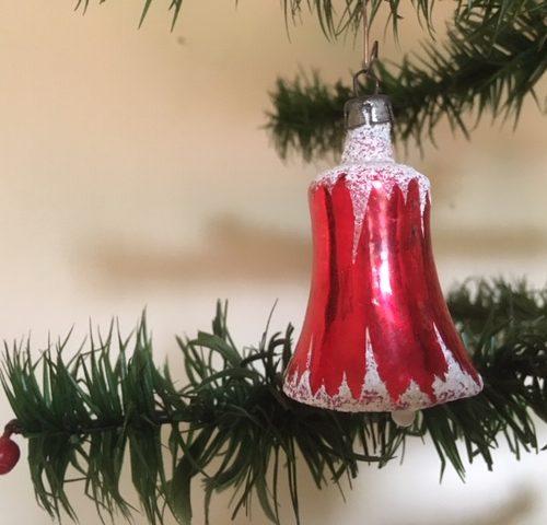 Antieke oude rode, besneeuwde kerstklok van dun geblazen glas begin 1900