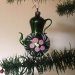 Antieke oude koffiepot van dun geblazen glas in groen met roze bloem begin 1900