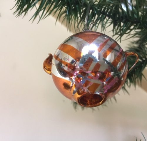 Antieke oude kerstbal theepot van dun geblazen glas in koperkleur begin 1900