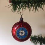 Bijzondere kerstbal een rode wekker van dun geblazen glas met poezieplaat 2e kwart 1900