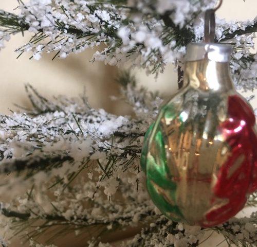 Oude antieke mini kerstbal een vrucht van dun geblazen glas in zilver, rood en groen midden vorige eeuw 1e helft 1900