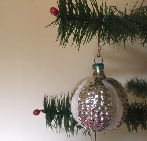 Oude antieke kerstbal een vrucht van dun geblazen glas met witte linten 1e kwart 1900