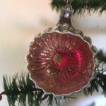 Antieke oude kraterbal van dun geblazen glas met roze rode knikker