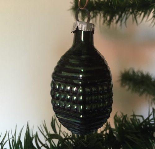 Antieke oude kerstbal een mini lampion van vliesdun glas  in donkergroen begin 1900