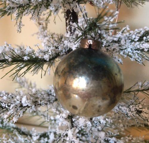 Antieke mini kerstbal van dun geblazen glas voor feathertree of tinselboom rond 1900