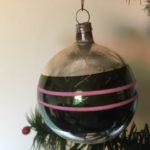 Oude antieke kerstbal van dun geblazen glas in groen en roze midden 1900