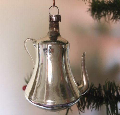 Antieke kerstbal een koffiepot van dun geblazen glas in zilver en roze 1e kwart 1900