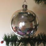 Oude antieke kerstbal van dun geblazen glas in zilver met sneeuwvlokken midden 1900