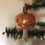 Oude antieke kerstbal een paddenstoel van dun geblazen glas met gouden hoed 1e helft 1900