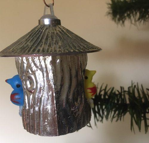 Oud kerstfiguur een vogelkooi met 1 blauwe en 1 gele vogel uit de sixty's