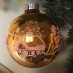 Antieke oude, grote  kerstbal van dun geblazen glas in kopergoud rond 1950(zw)