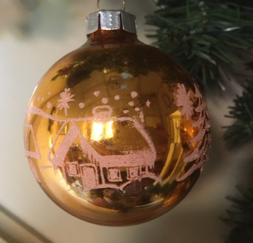 Oude antieke kerstbal van dun geblazen glas in goud/koper met decoratie midden 1900