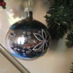 Oude antieke kerstbal van dun geblazen glas in zilver, blauw en wit 1e helft 1900(wi)