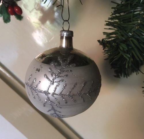 Oude antieke kerstbal van dun geblazen glas in zilver met decoratie van tak midden vorige eeuw