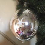 Antieke oude giga grote druppel kerstbal van dun geblazen glas in zilver en wit 1e helft 1900