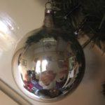 Antieke giga grote ronde deuk, reflex of kraterbal van dun geblazen glas in zilver