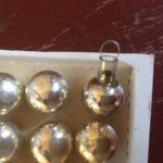 Oude antieke mini balletjes in het karton van dun geblazen glas in zilver.
