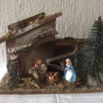 Oude antieke kleine kerststal met 5 figuren en borstelboom uit de jaren 1950