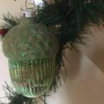 Antieke oude kerstbal een eikel van dun geblazen glas in lindengroen begin 1900