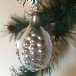 Oude antieke kerstbal een vrucht met linten van dun geblazen glas 1e helft 1900