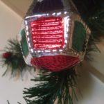 Antieke kerstbal een lampion van dun geblazen glas in rood, geel, groen en blauw 1e helft 1900