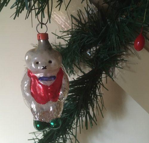 Antieke kerstbal een beer in rood en groen, van dun geblazen glas in mooi gepatineerd zilver
