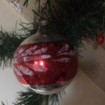 Oude antieke kerstbal van dun geblazen glas in zilver, rood en wit 1e helft 1900