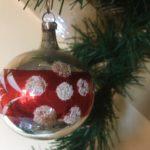 Antieke oude kerstbal van dun geblazen glas in zilver, rood en wit 1e helft 1900