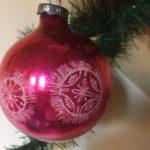 Antieke oude kerstbal van geblazen glas in cerise rood 1e helft 1900