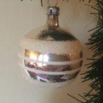 Antieke oude kerstbal van dun geblazen glas in zilver en wit 1e kwart 1900