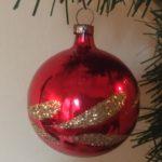 Oude antieke kerstbal van dun geblazen glas in rood en goud