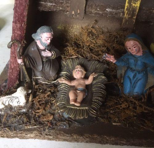 Oude antieke kerststal met 4 figuren van early plastic uit de jaren 1950
