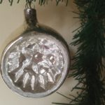Oude antieke krater, reflex of deukbal van dun geblazen glas in zilver jaren 1950