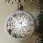 Antieke oude deuk, reflex of krater kerstbal van dun geblazen glas in zilver 1e helft 1900