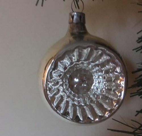Antieke oude krater of reflex kerstbal van dun geblazen glas in zilver