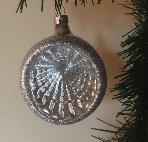 Antieke oude reflex, deuk of krater kerstbal van dun geblazen glas in zilver midden 1900