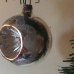 Antieke oude krater, deuk kerstbal van dun geblazen glas in zilver met koperkleurig hart midden 1900