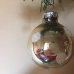 Oude kerstbal van geblazen glas in zilver met witte sneeuwvlokken midden