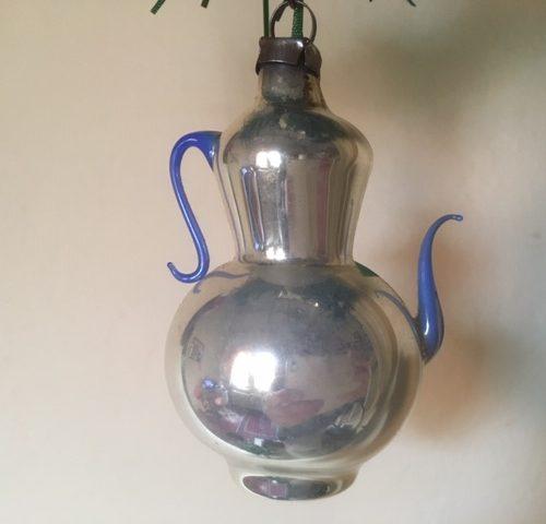 Antieke koffiepot van dun geblazen glas in zilver met blauw glazen tuit en greep 1e kwart 1900