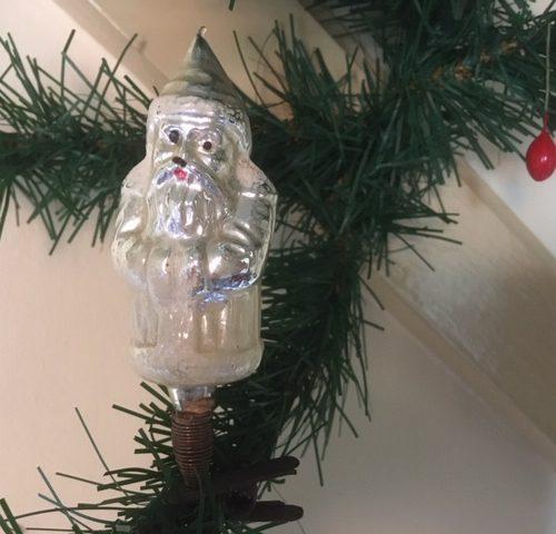 Antieke oude kerstman van dun geblazen glas in gepatineerd zilver op veer en klem 1e kwart 1900