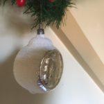 Antieke oude kerstbal een wekker van dun geblazen glas in zilver en wit midden 1900