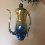 Antieke oude kerstbal een chique koffiepot van dun geblazen glas in blauw en goud 1e kwart 1900
