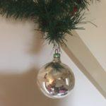 Oude antieke kerstbal van dun geblazen glas in zilver en wit 1e helft 1900